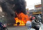 Lửa đỏ rực bao trùm xe ben lật nhào ở cửa ngõ Sài Gòn
