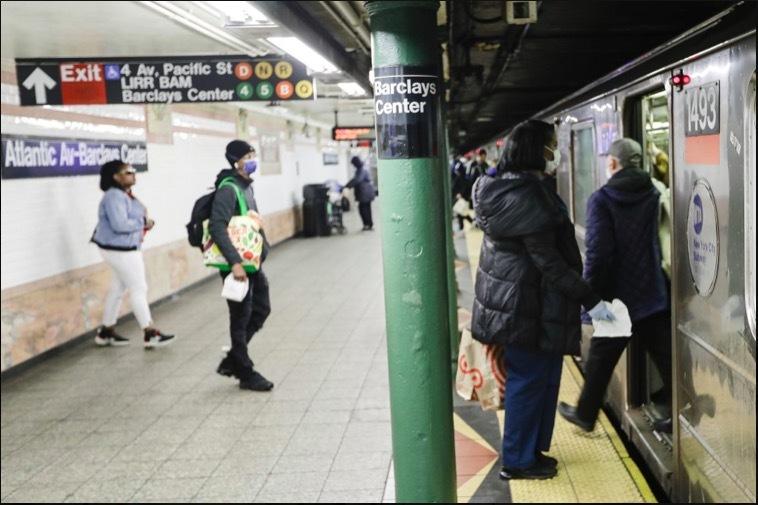 Hình ảnh dân Mỹ nén sợ hãi đi tàu điện ngầm thời Covid-19