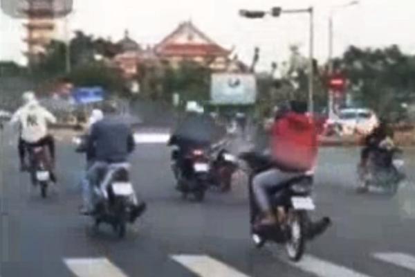 Nhóm 'quái xế' dàn hàng ngang vượt đèn đỏ, chạy xe bằng 1 bánh ở Đà Nẵng