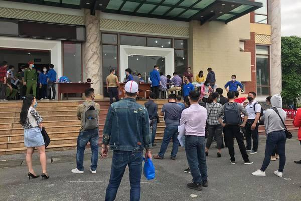 Hàng nghìn doanh nghiệp vận tải chen lấn xin giấy ra vào Hải Phòng