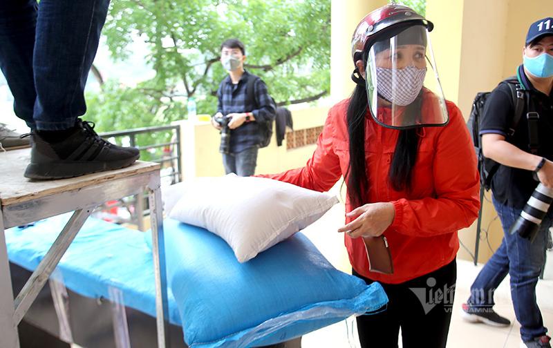Gạo tuôn chảy từ cây ATM yêu thương ở Hà Nội
