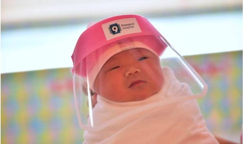 Xem trẻ sơ sinh Thái Lan 'nai nịt' cẩn thận chống Covid-19