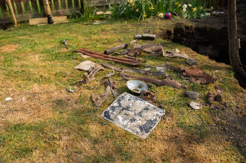 Người đàn ông đào được chiếc xe bị chôn dưới đất suốt nửa thế kỉ