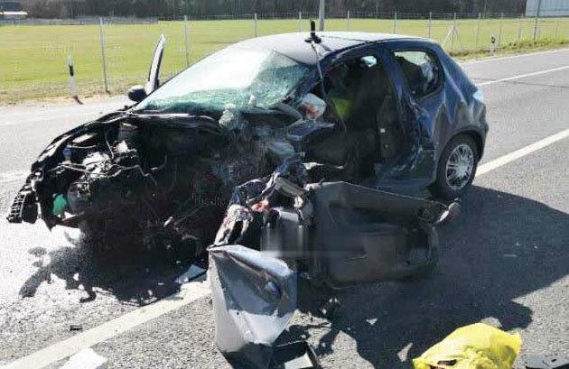 Ô tô sang đường bị xe tải tông nát, tài xế gãy chân