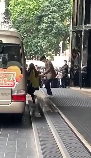 Dương Mịch quấn quýt ôm chặt rồi lên xe của đàn em Đặng Luân
