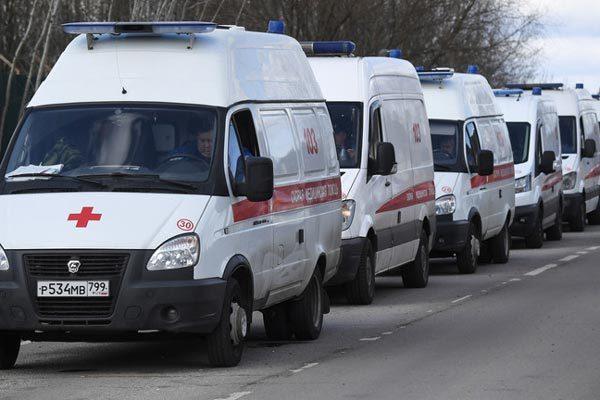 Số ca Covid-19 tăng nhanh, hàng dài xe cứu thương ùn tắc trước bệnh viện Moscow