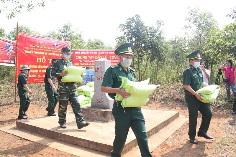 Nghĩa tình Việt - Lào nơi cột mốc biên giới trong đại dịch