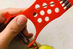 Ngỡ ngàng khi biết công dụng chiếc lỗ nhỏ ở cạnh của dao nạo rau củ
