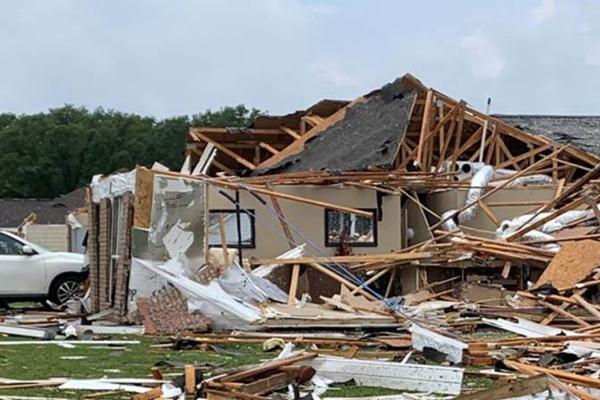 Cảnh lốc xoáy kinh hoàng, phá nát nhiều bang miền nam Mỹ