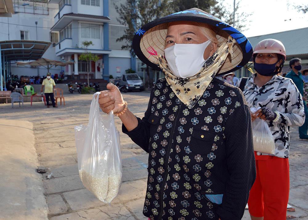 Chủ tịch phường cùng bạn làm 'ATM gạo' cho người nghèo miền Tây