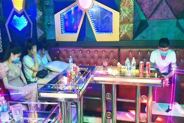 Hàng loạt nam, nữ phê ma túy trong quán karaoke ở Quảng Nam
