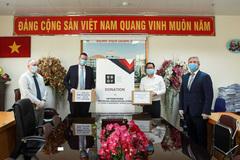 Hiệp hội doanh nghiệp Anh cảm ơn Việt Nam, tặng hàng nghìn khẩu trang, quần áo bảo hộ