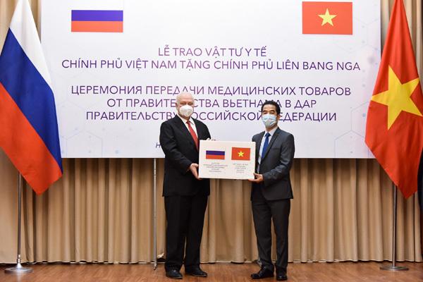 Việt Nam tặng Nga vật tư y tế phòng chống dịch Covid-19