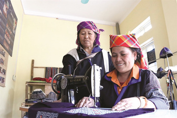 Mong people's handicraft weaving preserved to boost tourism