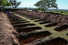 Argentina đào sẵn hàng trăm huyệt mộ dù Covid-19 đã chững lại
