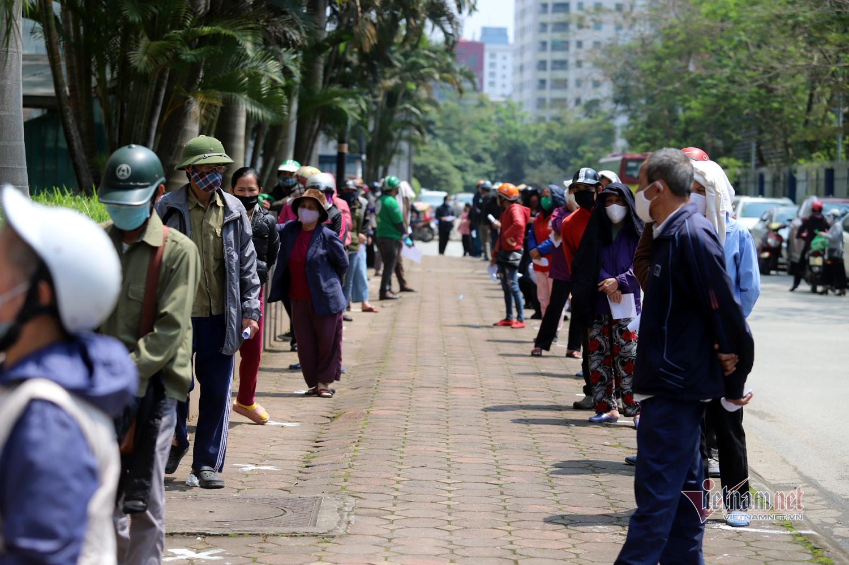 Hàng trăm người đội nắng đi siêu thị 0 đồng đầu tiên ở Hà Nội