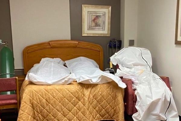 Hình ảnh đáng sợ bên trong phòng bệnh viện điều trị Covid-19 ở Mỹ