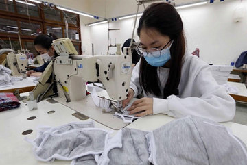 VN Health Ministry orders 48 producers to report on medical-mask production capacity