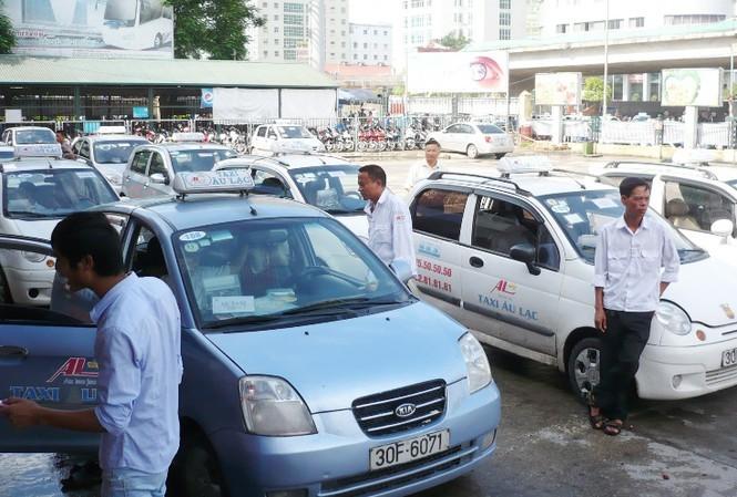Tài xế taxi lao đao vì trả lãi vay mua xe