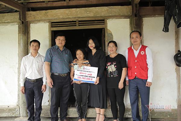 VietNamNet trao 236 triệu cho người bảo vệ nghèo bị xe tông nguy kịch