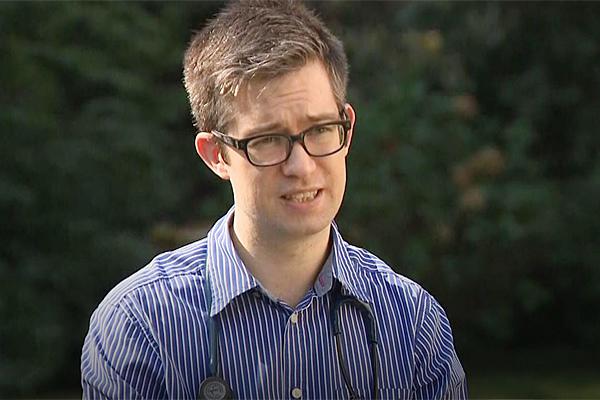 Bác sĩ Anh khóc vì đồng nghiệp chiếm một nửa số ca trong khu cấp cứu