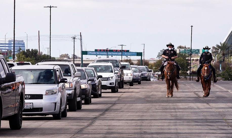 Hình ảnh hàng nghìn ô tô nối đuôi chờ nhận cứu trợ ở Mỹ thời Covid-19