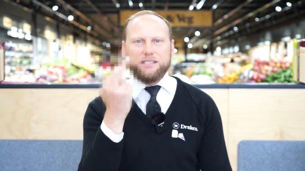 Vơ vét giấy vệ sinh rồi đòi trả lại, khách hàng bị chủ siêu thị mắng gay gắt