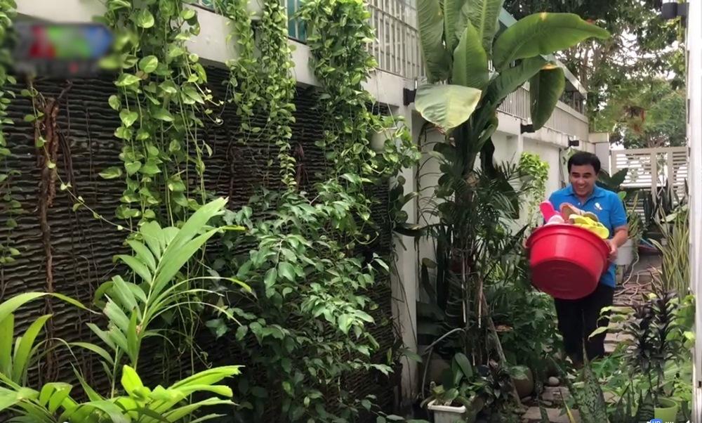 MC Quyền Linh khoe 'siêu thị' dép tổ ong trong biệt thự 21 tỷ