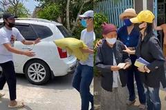 Cát Phượng, Kiều Minh Tuấn phát gạo, tiền cho người khiếm thị