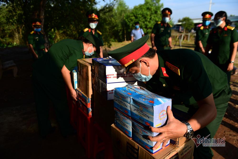 Hình ảnh chốt kiểm dịch dã chiến giữa đồng ở biên giới Tây Nam