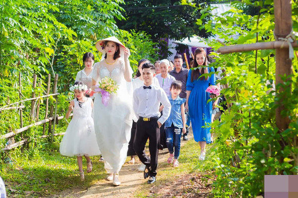 Cặp đôi chồng cao 1,4m, vợ cao gần 2m: Hễ giận dỗi, vợ lại túm áo chồng