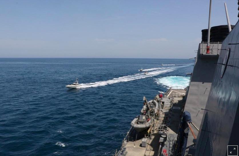 Tàu Iran thị uy trước một loạt tàu chiến Mỹ