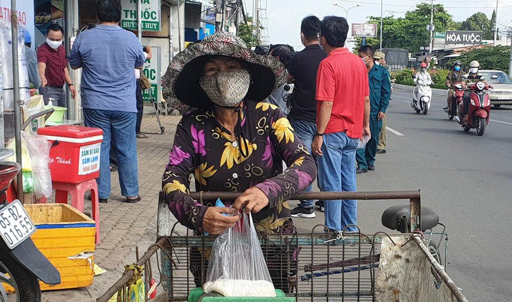 Bà bán vé số rưng rưng ôm túi gạo, có cơm ăn với kho quẹt cũng ngon