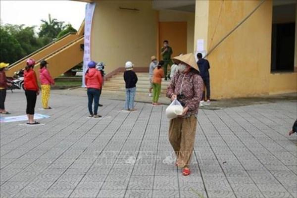 Giảng viên xắn tay giúp sinh viên, người nghèo vượt Covid-19
