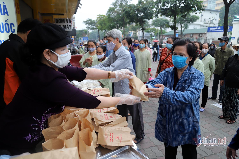 Món quà nhỏ mỗi sáng gửi tặng người nghèo, 'ấm bụng' mùa dịch ở Hà Nội