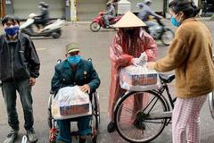 Nữ bệnh nhân chạy thận rưng rưng ôm túi gạo được tặng về nhà trọ