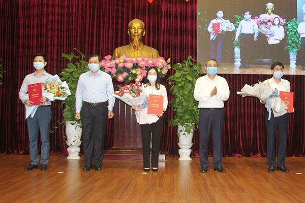 Ông Trương Quang Nghĩa (ảnh giữa), Bí thư Thành ủy Đà Nẵng trao các quyết định và tặng hoa chúc mừng các Ủy viên BCH Đảng bộ thành phố