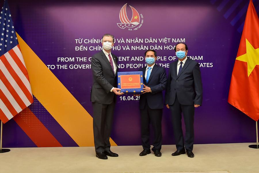 Việt Nam trao tặng vật tư y tế cho Nhật và Mỹ