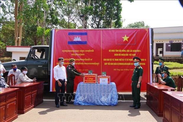 Vietnam presents medical supplies to US, Japan, Russia, Laos