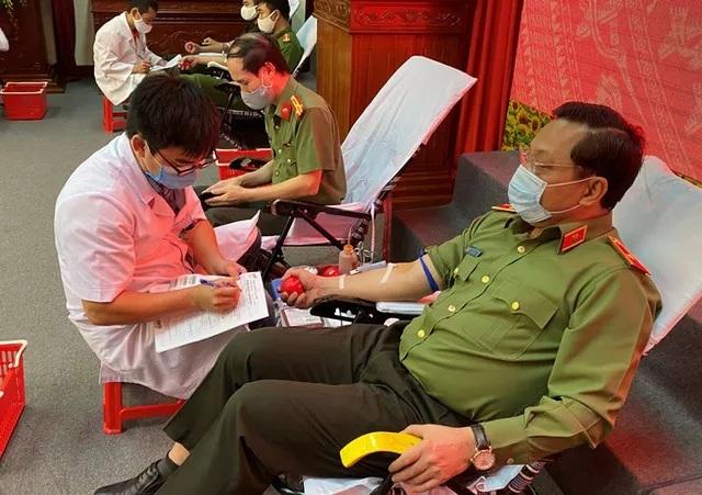 Công an hiến máu mùa dịch: Cuộc chiến nào cũng không tiếc máu xương