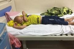 """Bé trai 5 tuổi ung thư hạch, gia đình """"sống dở chết dở"""" với số nợ 200 triệu đồng"""