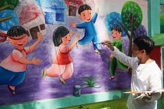 Thầy giáo đến trường vẽ tranh đợi trò ngày trở lại lớp học