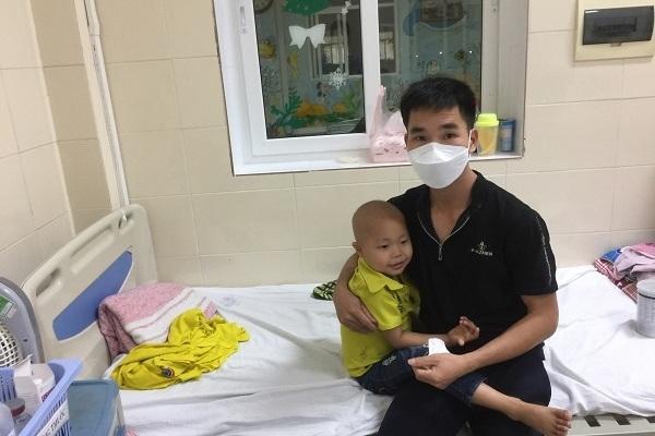 Bé trai 5 tuổi ung thư hạch, gia đình 'sống dở chết dở' với số nợ 200 triệu đồng
