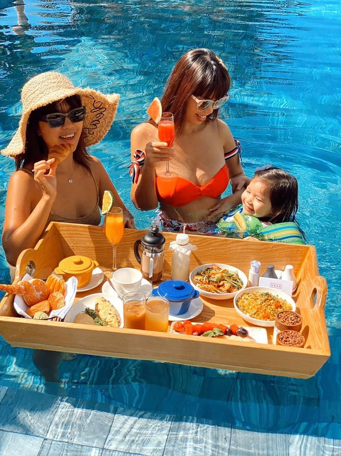 Hà Anh diện bikini nóng rực với em gái trên bãi biển