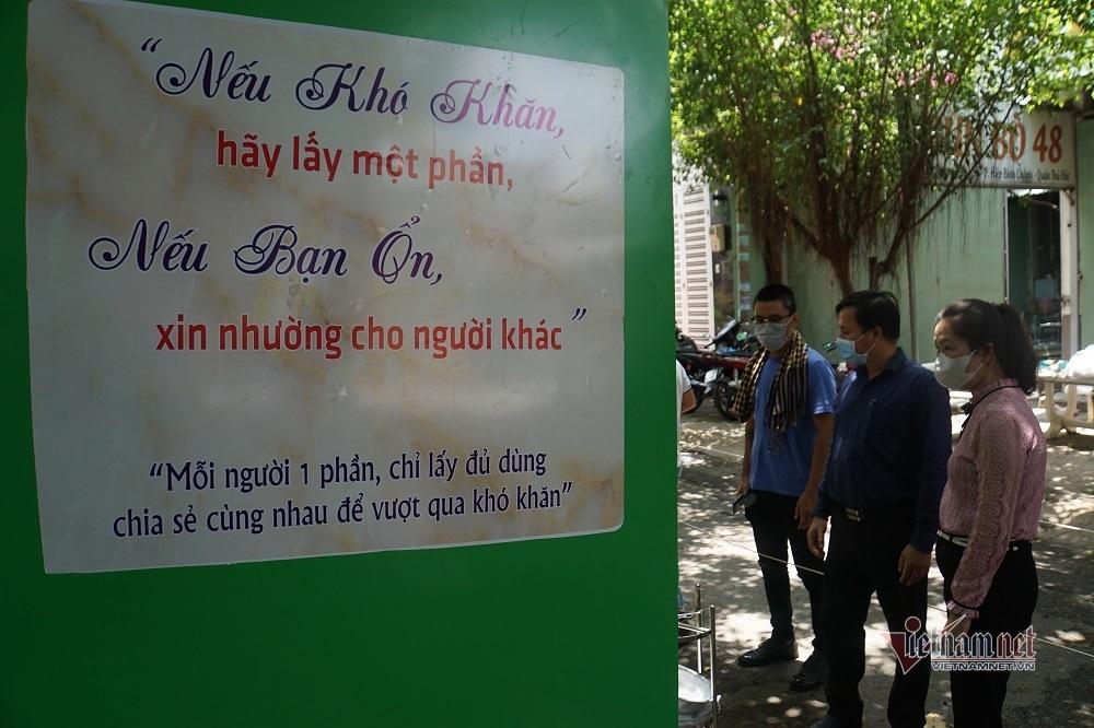 Người nghèo cúi đầu cảm ơn chủ 'ATM gạo', hỏi mai có được lấy tiếp