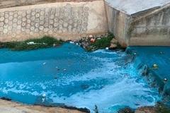 Nước suối đổ ra sông Đồng Nai đổi thành màu xanh bất thường