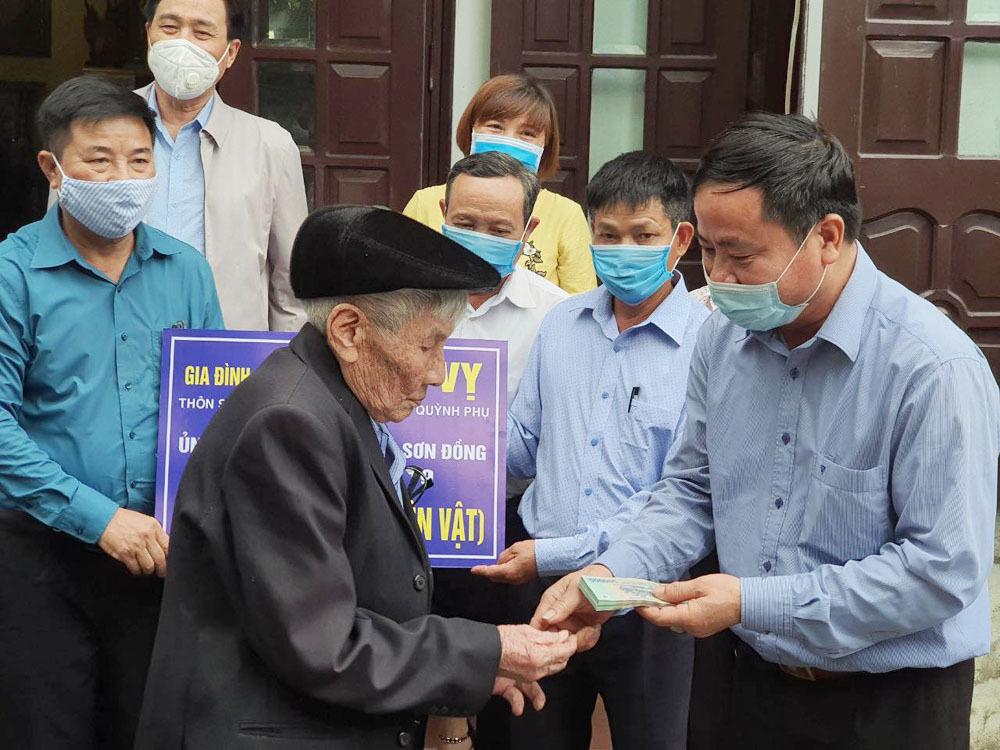 Cụ ông 96 tuổi ủng hộ 2 tấn gạo chống dịch Covid-19