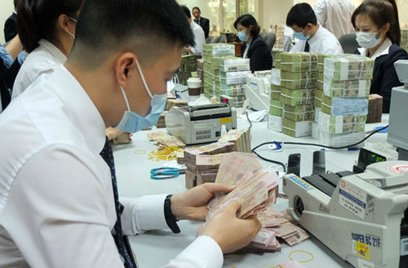 VN banks change key personnel, cut wages and bonuses