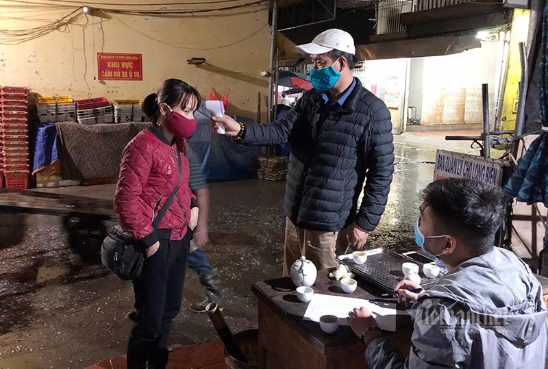Chợ Long Biên phủ màu trắng xóa, trạm gác sẵn sàng 'súng bắn nhiệt' rà soát