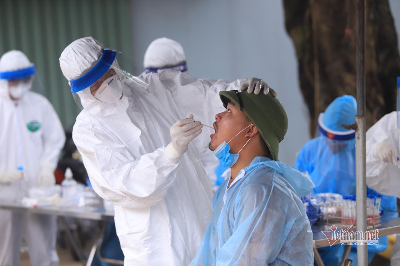 Xã ven đô bệnh nhân 266 ở, nghìn người xếp hàng chờ xét nghiệm